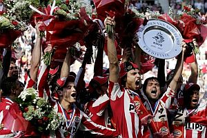 El capitn del PSV Phillip Cocu (2-izq.) sostiene el trofeo mientras celebra con sus compaeros el ttulo. (Foto: EFE)