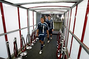 Los jugadores del Ajax se retiran cabizbajos al vestuario. (Foto: AFP)