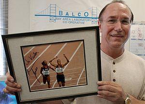 El dueño de los laboratorios Balco, Victor Conte, posa con una foto dedicada de Marion Jones. (Foto: AP)
