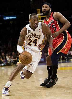 Kobe Bryant avanza ante la oposición de Byron Davis. (Foto: EFE)