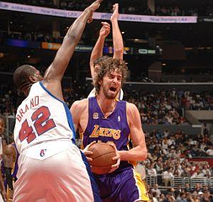 Gasol es presionado por dos jugadores de los Clippers. (Foto: AFP)