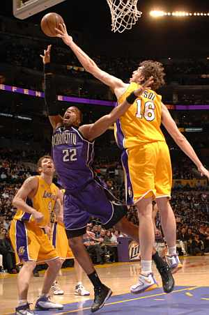 Gasol pone un taoón a Sheldon Williams. (Foto: AFP)