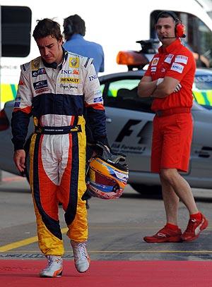 Fernando Alonso pasa ante el box de Ferrari. (AFP)