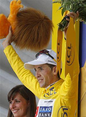 Sastre, en el podio de amarillo. (Foto: AP)