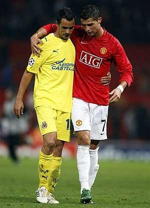 Cristiano Ronaldo y Ángel se abrazan tras el partido. (Foto: AP)