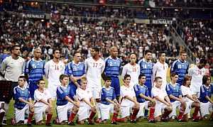 Los jugadores de Francia y de Túnez, antes del partido. (AFP)