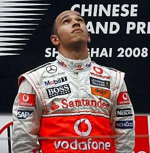 Lewis Hamilton mira al cielo. (Foto: EFE)