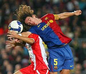 Puyol lucha con Corona por el esférico. (AFP)