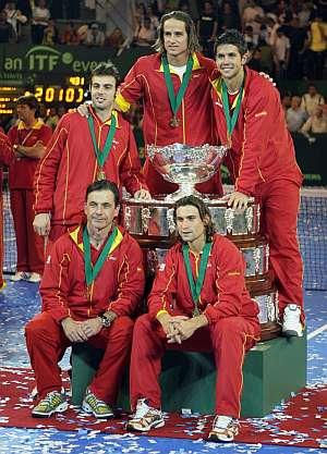 Los jugadores españoles posan junto a la Ensaladera. (Foto: EFE)