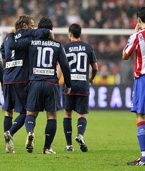 Diego Forlán y Kun Agüero celebran uno de los goles. (Foto: AFP)