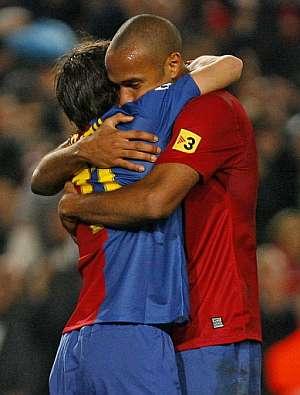 Bojan y Henry se abrazan al término del partido. El juvenil le ofreció al francés su tercer gol de la noche. (Foto: AFP)