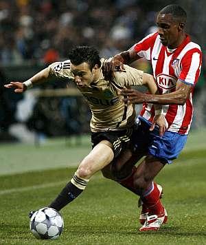 Perea trata de frenar a Valbuena. (EFE)