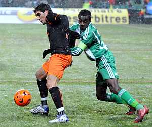 Vicente intenta llevarse el balón ante Matuidi. (Foto: AFP)