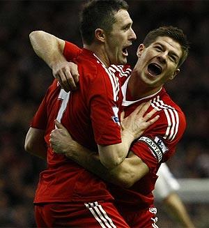 Gerrard felicita a Keane tras uno de sus goles al Bolton. (Foto: REUTERS)