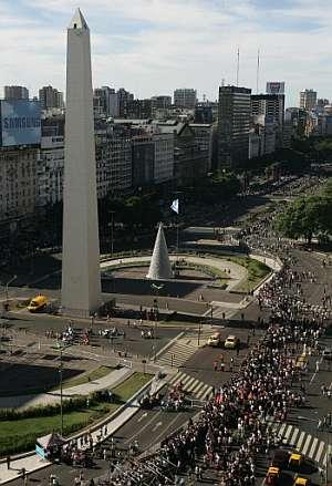 Miles de aficionados se agolpan en la Plaza de la República y en la Avenida 9 de julio para seguir la presalida. (Foto: AFP)