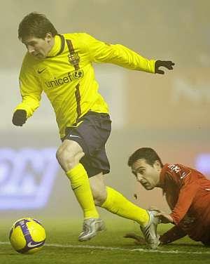 Messi se deshace de un defensor de Osasuna. (AFP)