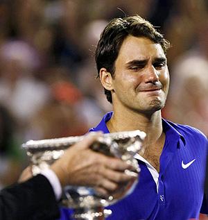 Roger Federer llora durante al entrega de premios. (Foto: REUTERS)