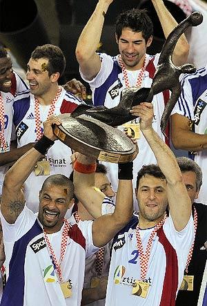 Dinart y Fernandez levantan el trofeo de campeón en Zagreb. (Foto: AP)