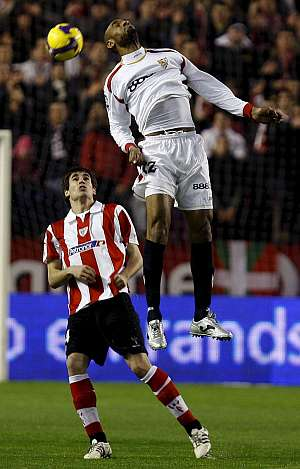 Kanouté, que falló un penalti, disputa un balón aéreo. (EFE)