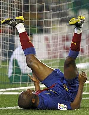 Eto'o, autor de los dos goles del Barça, lamenta una ocasión fallada. (AP)