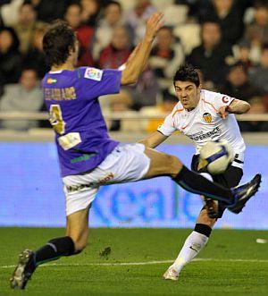 Villa anota su gol ante Iván Cuadrado. (Foto: EFE)