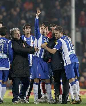 Los jugadores del Espanyol celebran su victoria en el Camp Nou. (EFE)