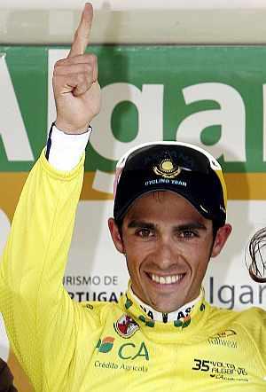 Contador, en el podio tras la última etapa. (Foto: EFE)