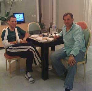 """Armstrong, en la casa de Bruyneel en Madrid, por la noche. """"Bebiendo vino y comiendo queso y crackers"""". (twitter.com/lancearmstrong)"""