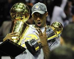 Kobe, euforico con sus distinciones. (Foto: AFP)