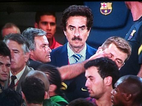 Mourinho introduce su dedo índice en el ojo de Tito Vilanova. |  Twitter