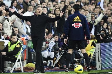 Mourinho se queja al cuarto árbitro tras una decisión de Mateu. (Foto: Gonzalo Arroyo)