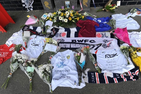 Diversas ofrendas en recuerdo y homenaje a Gary Speed, que se suicidó el domingo. | Reuters