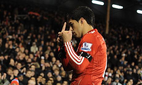 El gesto polémico de Luis Suárez a la hinchada del Fulham. | The Guardian