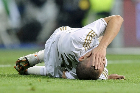 Pepe, tendido sobre el césped en el clásico. | Reuters