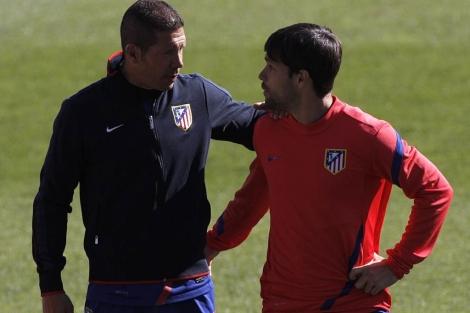 Diego charla con Simeone en un entrenamiento.   EFE