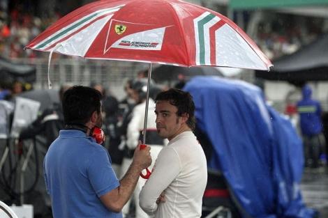 Fernando Alonso, en el box del circuito de Malasia. (EFE