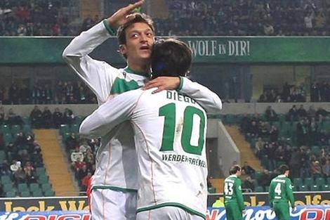 Diego y Özil celebran un gol con el Werder Bremen.