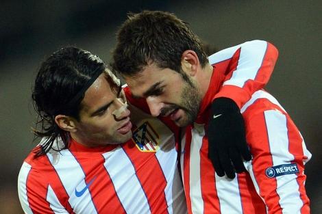 Adrián y Falcao, durante un encuentro con el Atlético de Madrid.   EFE