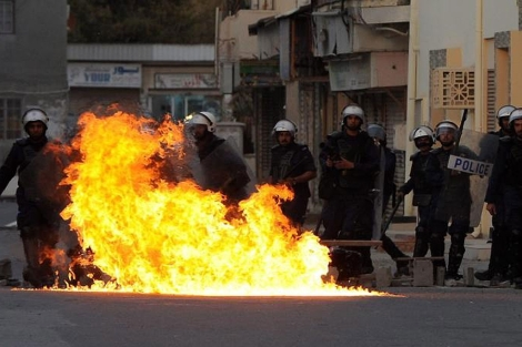 Manifestantes y policías se enfrentan en una marcha opositora.   EFE