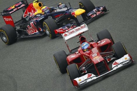 Alonso trata de defender la posición ante Webber. | Afp