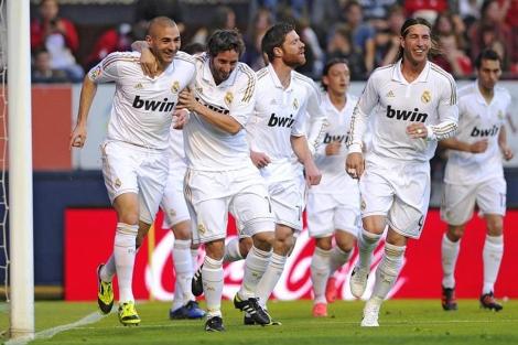 Los jugadores del Madrid celebran el gol de Benzema en Pamplona. (Foto: Afp)