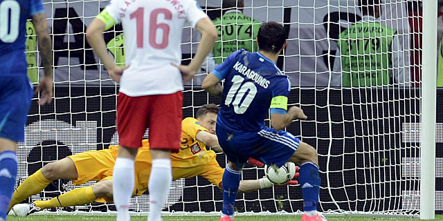 Karagounis fall el penalti ante Tyton. (REUTERS)