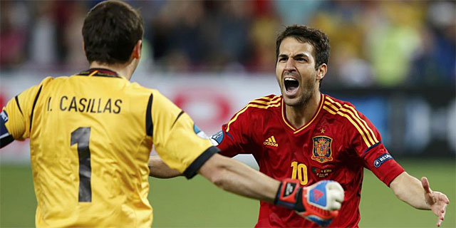 Cesc y Casillas festejan el pase a la final. | Reuters
