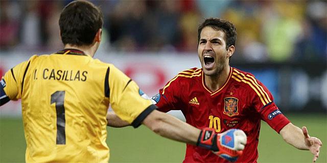 Cesc y Casillas festejan el pase a la final. | Reuters