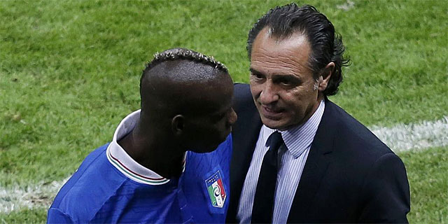 Prandelli, junto a Balotelli tras el cambio del delantero. | Reuters