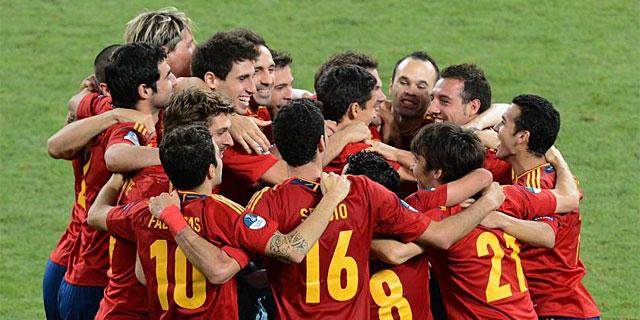 Los jugadores celebran el título conseguido en Kiev. | Afp
