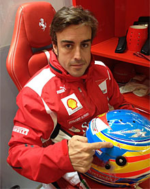 Fernando Alonso, con su casco.