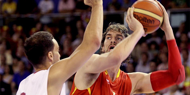 Pau Gasol trata de anotar ante un jugador tunecino. | Efe