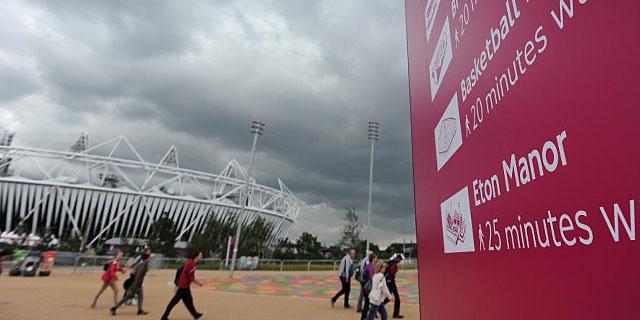 Un grupo de paseantes, ante el estadio olímpico. (EFE)