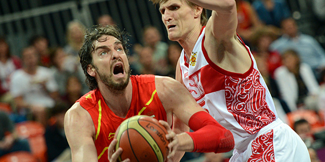 Pau Gasol trata de anotar ante Kirilenko. | Afp